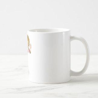 La chica joven que salta para la alegría tazas de café
