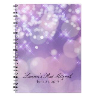 La chispa de Mitzvah del palo enciende púrpura y Libro De Apuntes Con Espiral