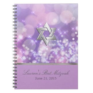La chispa de Mitzvah del palo enciende púrpura y Libros De Apuntes