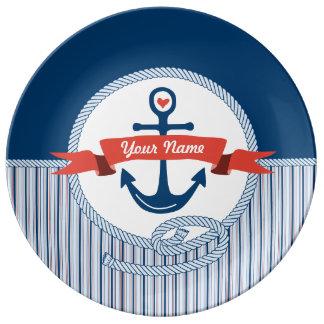 La cinta náutica de la cuerda del ancla raya el plato de cerámica