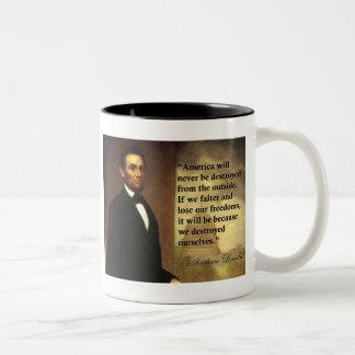 """La cita """"América de Abe Lincoln nunca estará… """" Taza De Dos Tonos"""
