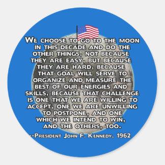 La cita de JFK que envió a seres humanos a la luna Etiquetas Redondas