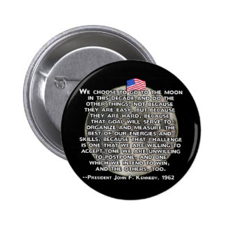 La cita de JFK que envió a seres humanos a la luna Pin Redondo De 2 Pulgadas