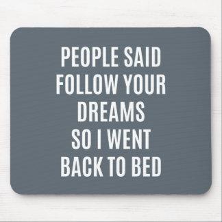 La cita divertida sigue sus sueños de nuevo a cama alfombrilla de raton