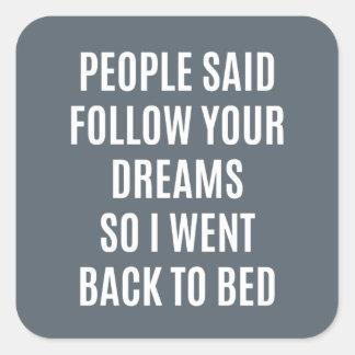 La cita divertida sigue sus sueños de nuevo a cama pegatina cuadrada