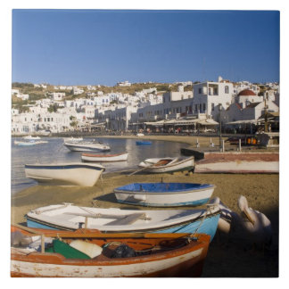 La ciudad del puerto con los barcos de pesca color azulejo cuadrado grande