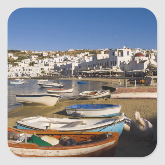 La ciudad del puerto con los barcos de pesca color calcomania cuadradas personalizadas