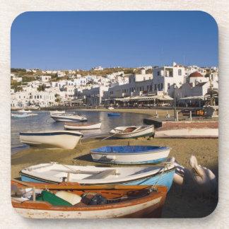 La ciudad del puerto con los barcos de pesca color posavaso