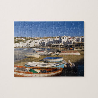 La ciudad del puerto con los barcos de pesca color puzzle con fotos