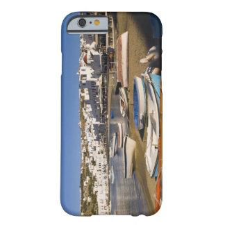 La ciudad del puerto con los barcos de pesca funda de iPhone 6 barely there