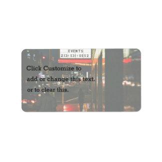 La ciudad temática, una mujer y un hombre caminan etiquetas de dirección