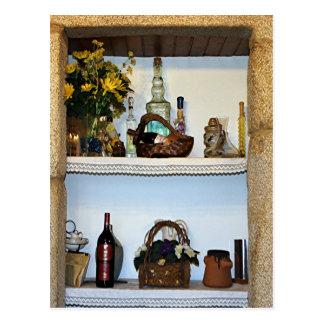 La cocina adorna las botellas y la flor, hotel en tarjetas postales