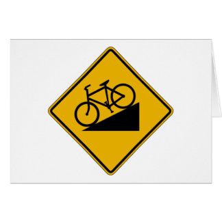 La colina de la bicicleta, trafica la señal de tarjeta de felicitación