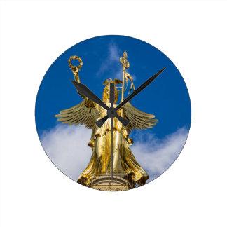 La columna de la victoria en Berlín en Alemania Relojes