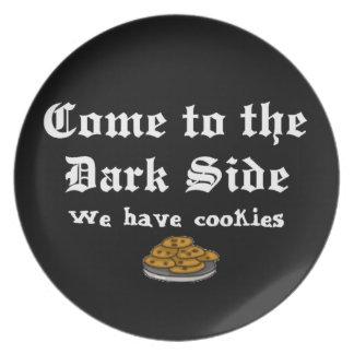 La comedia viene al lado oscuro platos