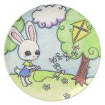 La cometa del conejito se pega en un árbol platos de comidas