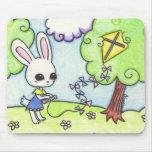 La cometa del conejito se pega en un árbol tapetes de raton
