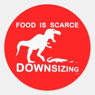 La comida es escasa, reduciendo la talla pegatina redonda