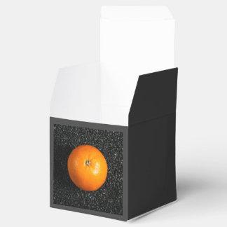 La comida temática, un naranja se guarda encima de caja para regalos