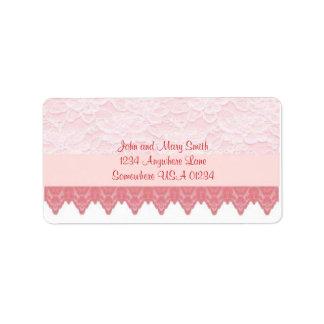 La concha de peregrino rosada y ata la etiqueta de etiquetas de dirección