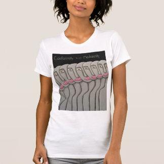 La conformidad cría mediocridad camiseta