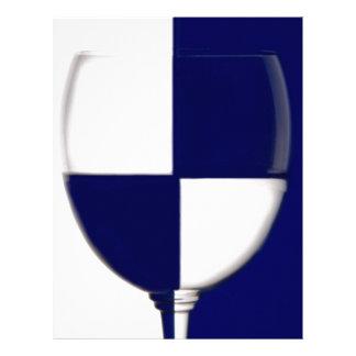 La copa de vino azul y blanca muestra el contraste membrete personalizado