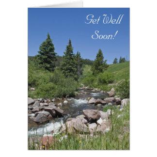 La corriente de la montaña consigue bien pronto tarjeta de felicitación