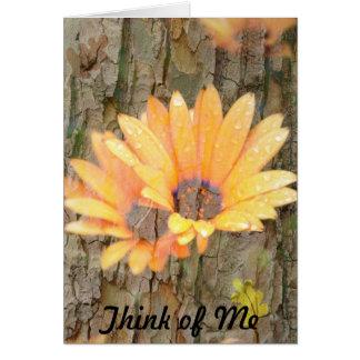 La corteza amarilla de la flor piensa en mí tarjeta