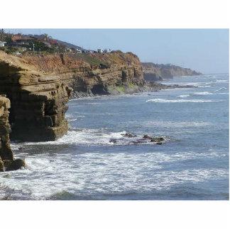 La costa costa del océano agita el agua fotoescultura vertical