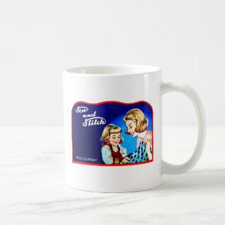 La costura retra del kitsch del vintage cosen y taza de café