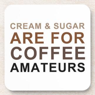 La crema y el azúcar están para los aficionados posavasos de bebidas