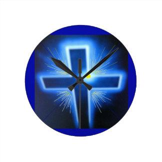 La cruz azul retroiluminada reloj redondo mediano