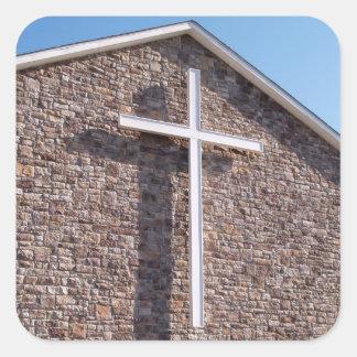 la cruz blanca grande en una iglesia stonewall calcomanía cuadrada