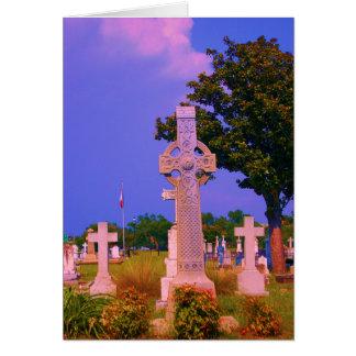 La cruz céltica encontró en cementerio de tarjeta de felicitación