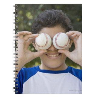 La cubierta hispánica del adolescente observa con cuaderno
