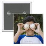 La cubierta hispánica del adolescente observa con pin cuadrado
