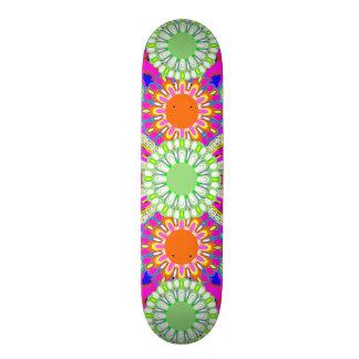 La cubierta rosada y verde del chica de los deport skate boards