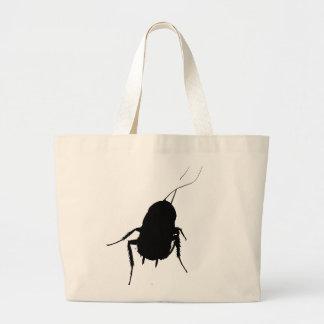La cucaracha lleva toda la bolsa de asas