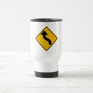 La curva reversa dejada, trafica la señal de taza de viaje