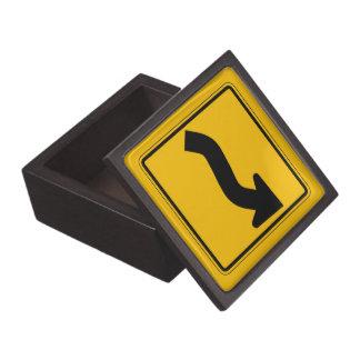 La curva reversa, trafica la señal de peligro, los cajas de recuerdo de calidad