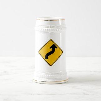 La curva reversa, trafica la señal de peligro, los jarra de cerveza