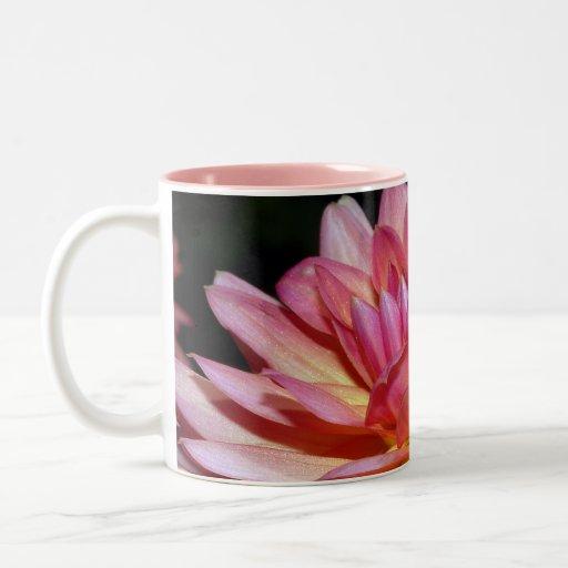 La dalia rosada florece taza de café