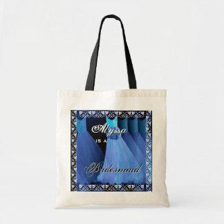 La dama de honor azul soñadora viste la bolsa de a