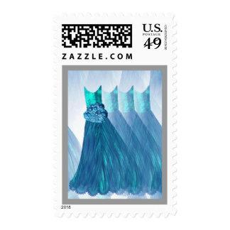 La dama de honor de las AZULES TURQUESAS viste el Sellos Postales