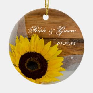 La dama de honor del boda del velo del girasol le adorno navideño redondo de cerámica
