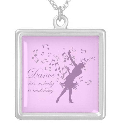 La danza como nadie está mirando el collar de la j