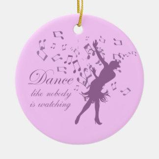 La danza como nadie está mirando el ornamento de adorno redondo de cerámica