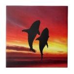 La danza de las ballenas en la puesta del sol azulejos