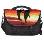 La danza de las ballenas en la puesta del sol bolsas de portátil