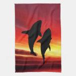 La danza de las ballenas en la puesta del sol toalla de mano